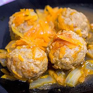 Фрикадельки с овощной подливкой - рецепт с фото