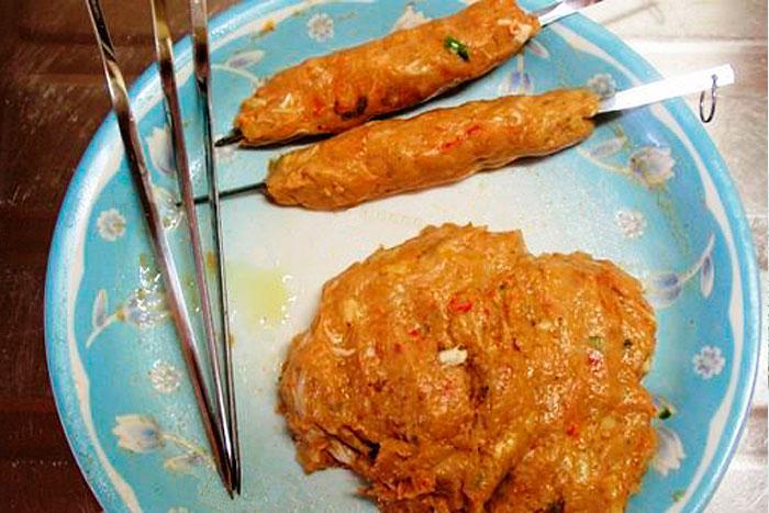 Сырой люля кебаб из куриного фарша - фото