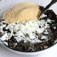 Добавим лук, панировочные сухари, соль и специи - фото