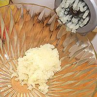 Прокрутим луковицу в мясорубке - фото