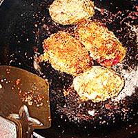 Обжариваем котлетки из свеклы и картошки - фото