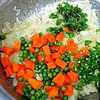 Разомнем картофель и добавим овощи - фото