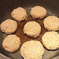 Мясо-картофельные котлеты на сковороде - фото