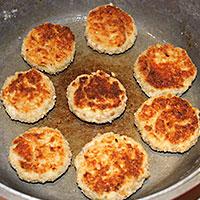 Обжаренные котлеты из картофеля и мяса - фото