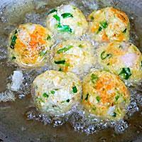 Жарим картофельные котлеты во фритюре - фото