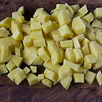 Режем картофель для супа - фото