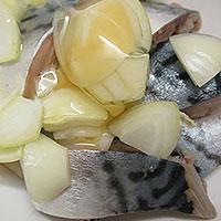 Добавим в скумбрию яйца, лук, соль, специи - фото