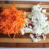 Накрошим лук и морковь - фото