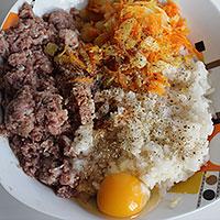 Соединим фарш, рис и овощи для котлет - фото