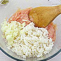 Добавляем рис, специи, соль и лук - фото