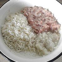 Мельчим мясо и лук, отвариваем рис - фото