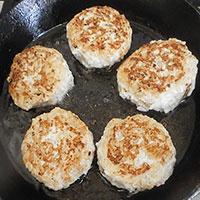 Обжариваем куриные тефтели с рисом - фото