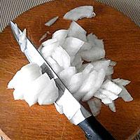 Крошим лук для томатного соуса - фото