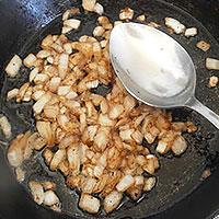 Обжариваем лук для томатного соуса на сковороде - фото
