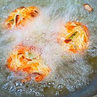 Запустим в кипящее масло котлеты из лапши и овощей - фото
