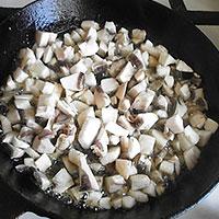 Жарим грибы для начинки в драники - фото