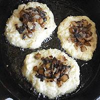 Выкладываем картофельное тесто и сверху грибную начинку - фото