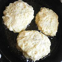 Прикрываем грибную начинку картофельным слоем - фото