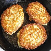 Обжариваем картофельные драники с грибной начинкой - фото