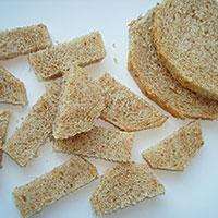 Нарежем черствый хлеб - фото