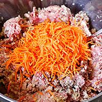 Соединяем морковь с мясным фаршем - фото