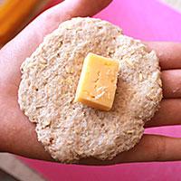 Заворачиваем в котлету сыр - фото