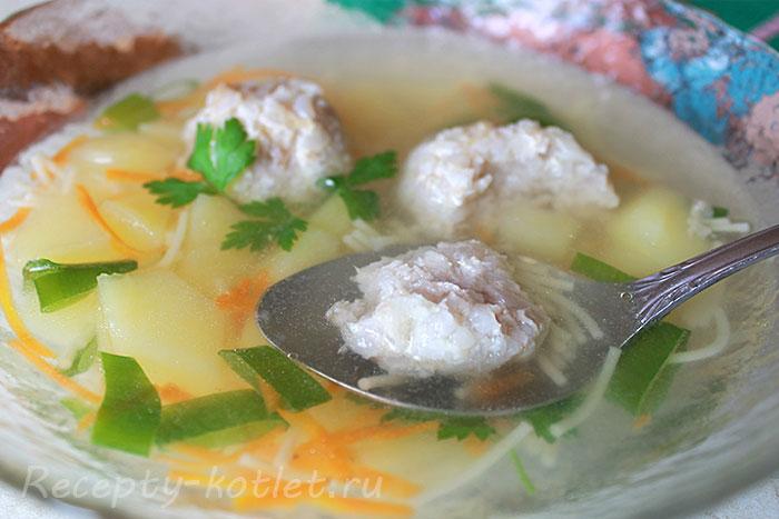 Суп с картошкой, вермишелью, зеленью и фрикадельками