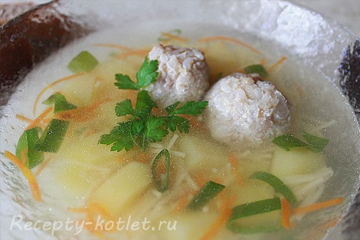 Итоговое фото вермишелевого супа с фрикадельками