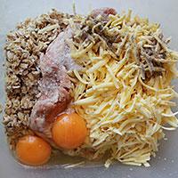 Фарш, овсянка, сыр и яйца - фото