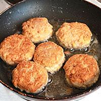 Обжариваем мясные котлетки с овсянкой и сыром - фото