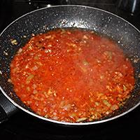 Добавляем в лук томатный сок - фото