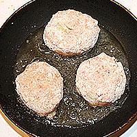 Обжарка мясных котлет - фото