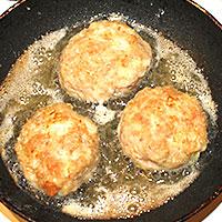 Мясные котлетки на сковороде - фото