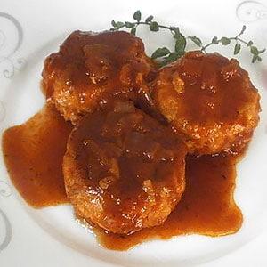 Куриные тефтели с рисом в томатном соусе на сковороде