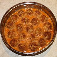 Запекаем фрикадельки с подливкой в духовке - фото