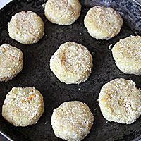 Картофельные котлеты на сковороде - фото