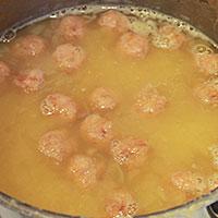 В готовый суп кладем фрикадельки - фото