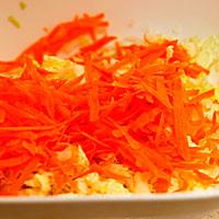 Трем морковь для капустных котлет - фото