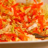 Солим и перчим капустно-морковную смесь - фото
