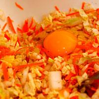 Заправляем овощной фарш яйцом - фото