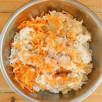 Добавляем в фарш морковку и рис - фото