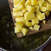 Заправляем суп картошкой - фото