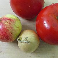 Приготовим яблоко, томат и лук - фото
