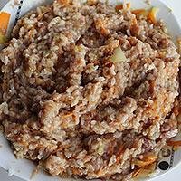 Вмешаем в рисово-мясной фарш муку - фото