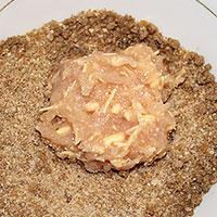 Обваляем куриные котлеты с сыром в панировке - фото