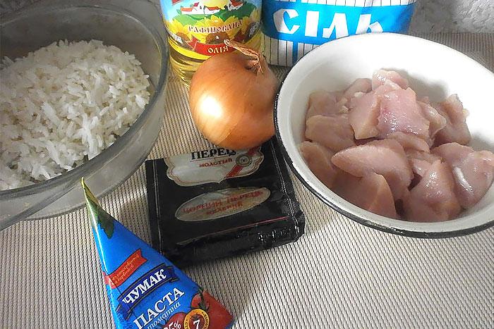 Ингредиенты для куриных тефтелей с рисом в томатном соусе