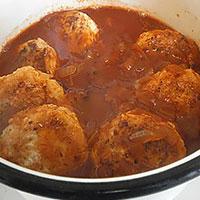 Заливаем куриные тефтели томатным соусом - фото