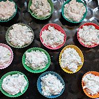 Раскладываем котлетный фарш в формочки для кексов - фото