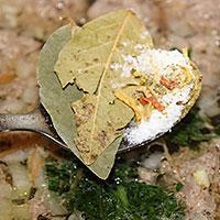 заправляем суп с фрикадельками солью и специями - фото