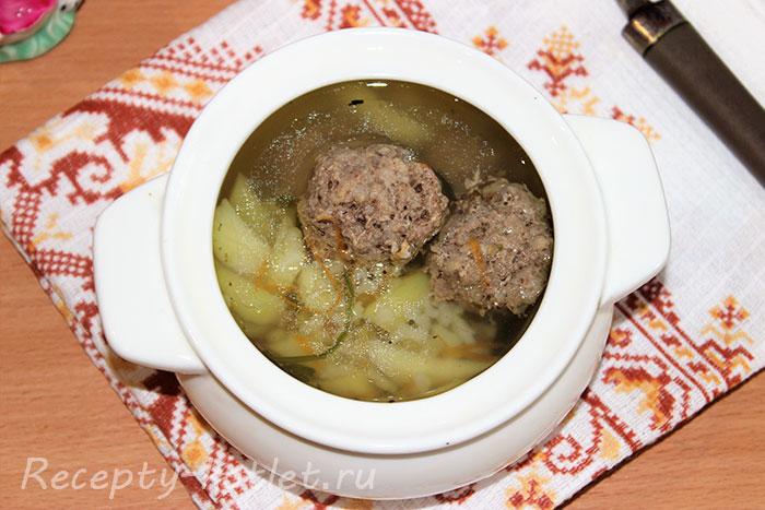 Вариант подачи супа с фрикадельками, картошкой и рисом - фото